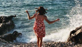 Jeune fille à la plage